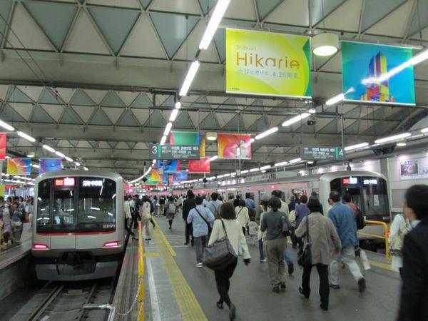 東横線渋谷駅の天井に掲げられた渋谷ヒカリエオープンの広告