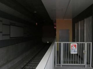 3番線の終端。壁があった場所は幕になっている。右の扉は工事中のトンネルに通じているものと思われる。