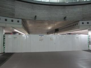 中央2線の終端。壁があった部分は白い幕で覆われており内部の状況は分からない。