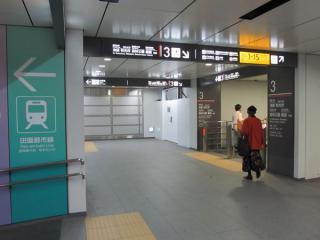 地下4階の終端側の階段付近にある作業用の出入口