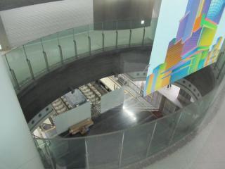 終端側改札口前の吹き抜けから下の階を見下ろす。地下4階はシャッターが下ろされている。