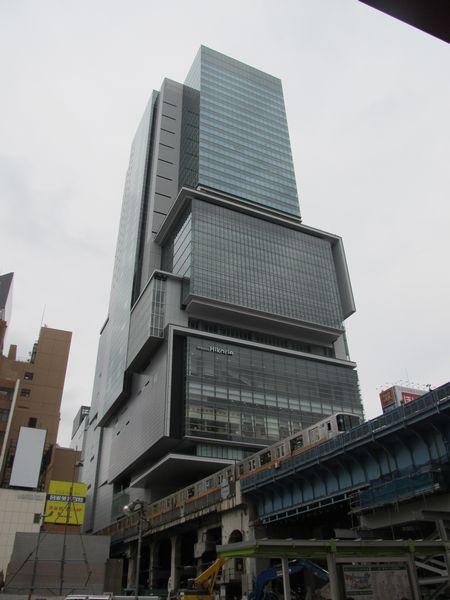渋谷ヒカリエ。手前を走る銀座線は今後この付近にホームが移設される。