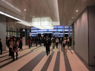 2階を貫通するJR渋谷駅・青山方面連絡通路