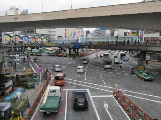 明治通りと玉川通り(R246)の交差点。地下のトンネルの形状に合わせて路面が覆工板になっている。