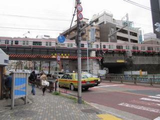 並木橋付近の状況。高架下には仮設の支柱が多数設置されている。