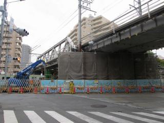 JR山手線との交差部分。橋脚が補強されている。