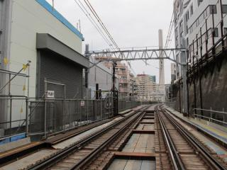 渋谷1号踏切から渋谷方面を見る。中央に見える煙突は渋谷清掃工場。