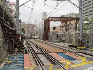 同じ踏切から代官山駅ホームを見る。地下線はここから地上に出る。