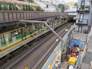 駅の外の歩道橋から見た代官山駅ホーム