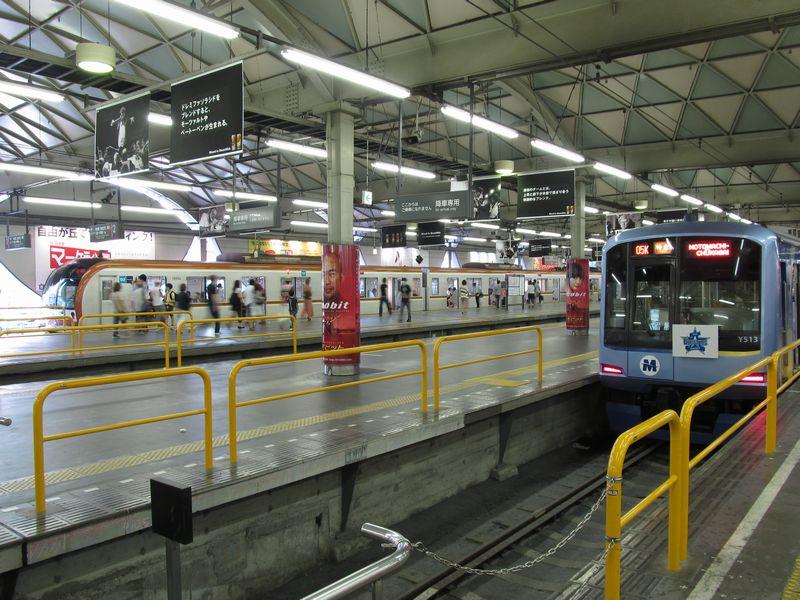 【クリックで拡大】東横線渋谷駅で顔を合わせた東京メトロ10000系とみなとみらい線Y500系