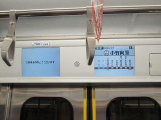 車内のLCDは右側の次駅・乗換案内の画面のみが稼働。