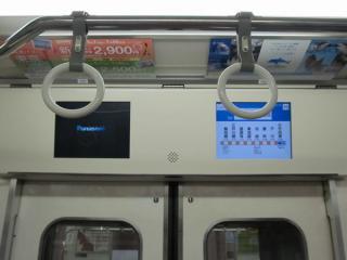 西武6000系車内の液晶ディスプレイ。