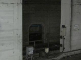 壁の向こうにわずかに見える南北線9000系の車体。