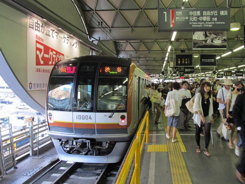 東横線渋谷駅に入線した東京メトロ10000系。地上の渋谷駅は副都心線直通時に廃止されるため、貴重な風景となる。