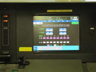 運転台のTIS画面。右上には「東急・横高」の文字。