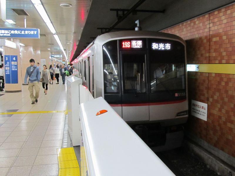 有楽町線・副都心線小竹向原駅に停車中の東急5050系。運行番号が「19S」であることから、東京メトロ車として運用されていることが分かる。