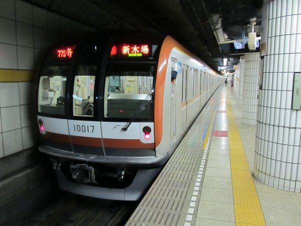 豊洲駅を発車する有楽町線新木場行き10000系