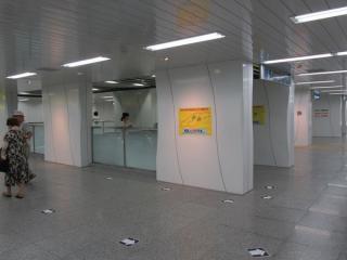 ららぽーと方面改札口から地下2階コンコース・地下3階ホームへ降りるエスカレータ。