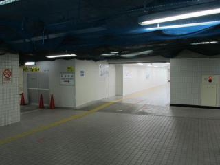池袋寄りの端に増築された地下1階。中央の通路を直進すると1c出入口。通路左の囲いの中にももう一つ改札口ができる。
