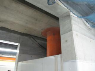 ホーム中央のエスカレータ設置予定位置の柱。鋼管柱の両側にコンクリート壁を設置し、鋼管柱を撤去する。
