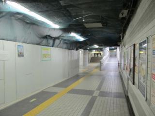 1・2番出入口へ向かい改札外コンコース。左の囲いのある場所に新しい改札口ができる。