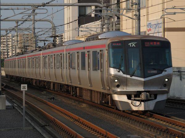 流山おおたかの森駅に到着するTX-2000系