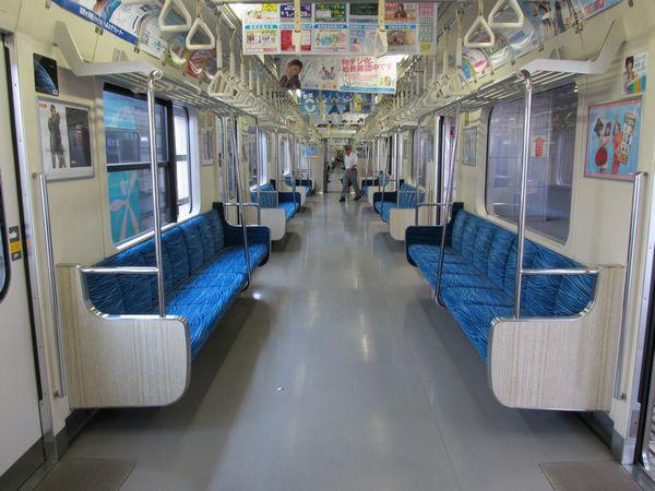 東京臨海高速鉄道70-000形の車内。座席の形状がJR東日本209系と異なる。