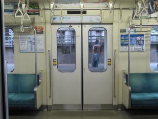 1996年の部分開業時に新製された車両はドアの窓ガラスが金属押さえになっている。