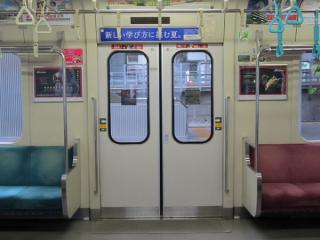 全線開業時に新製された車両はドアの窓ガラスが209系と同じボンディング(接着)方式となっている。