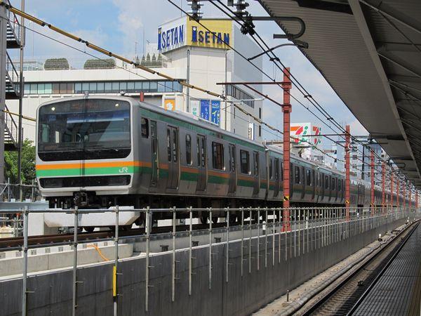 浦和駅の脇を通過する湘南新宿ラインE231系