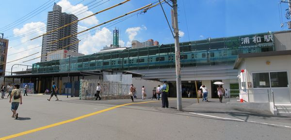 浦和駅東口。中央に見えるプレハブ状の構造物は閉鎖された旧東口改札口。