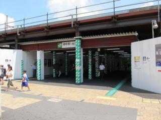 浦和駅西口。旧駅舎の取り壊しが完了して間もないため、仮設構造となっている。
