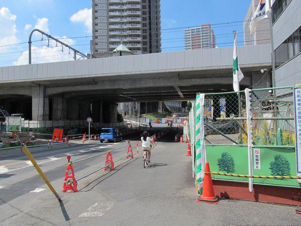 駅の南側で交差する都市計画道路田島大牧線。地上の旧軌道の橋桁は撤去済み。