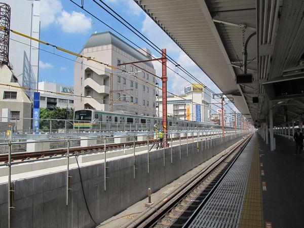 軌道の移設が完了し、ホーム台座の建設が進む東北貨物線