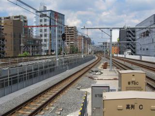 東北旅客線ホームから大宮方面を見る。貨物船は直前に近い線形で、旅客線・京浜東北線がS字に緩くカーブ市ながら地上に降りる。