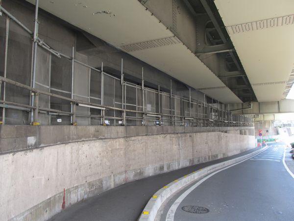 東北貨物線の高架橋を下から見たところ。左のコンクリートの柱が今回新設された貨物線上り線の高架橋。