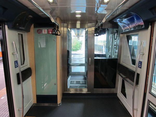 運転室後部。客室との仕切りはガラス部分が大幅に拡大された。