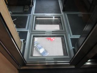 運転室中央の床面はガラス張りになっている。