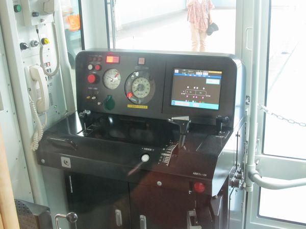 「URBAN FLYER 0-type」の運転台。パネル右側にはTISモニターが設置されている。