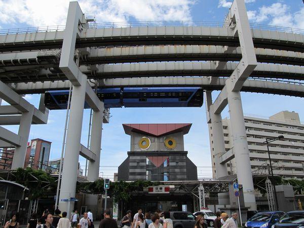 千葉駅前交番(通称「フクロウ交番」)の上空を行く「URBAN FLYER 0-type」。