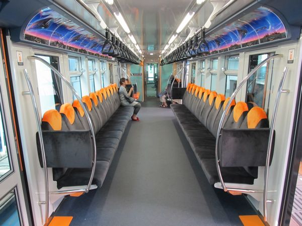 「URBAN FLYER 0-type」の車内。座席は背もたれが高い個別シートとなっている。