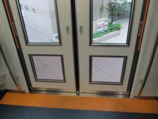 乗降ドアは床面近くまでガラス窓となっており、視界は良好。