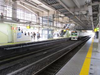ホーム下でケーブルラックの設置が進む大崎駅3番線。
