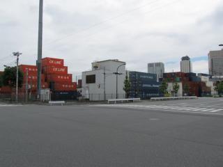 本線との分岐地点の地上。中央のルーバーが付いた白い建物が品川変電所の換気塔。