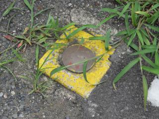 グラウンドの隣に建つ交番脇の地面には国鉄マーク入りの基準標が打たれていた。