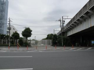 東京電力品川火力発電所(左)と大汐線高架橋(右)