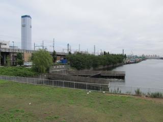 京浜運河にある発電所冷却水の放水口
