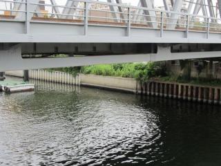 運河の対岸はトンネルとの交差部分のみ護岸がコンクリートとなっている。