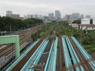 首都高速湾岸線と交差する北部陸橋から汐留方面を見る。右から3番目の軌道が無い部分が旧京葉線下り線の予定地。トンネル坑口は完全に塞がれている。
