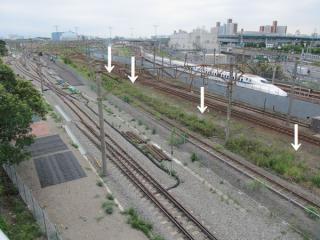 同じ陸橋から東京貨物ターミナル駅構内を見る。矢印で示した部分が旧京葉線下り線の予定地。